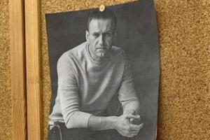 Российские школьники снимают со стен фотографии Путина и вешают портреты Навального. Это акция в поддержку оппозиционера