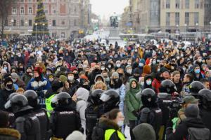 Митинг на Пионерской площади — в одной фотографии. Тысячи протестующих пришли туда после того, как Невский перекрыли