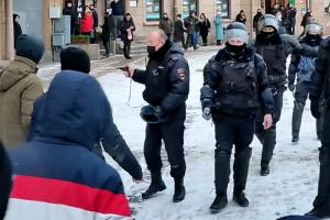 На акции в Петербурге полицейский направил табельное оружие на протестующих. Одно фото