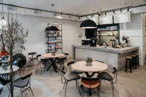 На проспекте Римского-Корсакова открыли новую кофейню Mad Espresso Team. К каждому кофейному напитку есть пара среди десертов