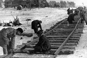 Как после прорыва блокады в Ленинграде строили Дорогу победы и почему она менее известна, чем Дорога жизни? Рассказывает военный историк