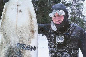 Серферам даже морозы не мешают кататься на Ладоге. У них замерзают гидрокостюмы и усы (бррр!) 🏄🥶