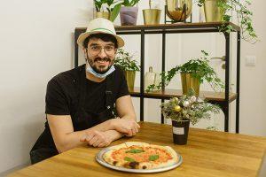 Итальянец Винченцо Драго — о своем кафе с сицилийской пиццей, летних закатах в парке 300-летия и украденной шаверме