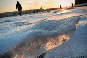 В Петербурге — мороз! Горожане гуляют по льду каналов и катаются на коньках, но некоторые остались без отопления из-за прорывов труб 🥶