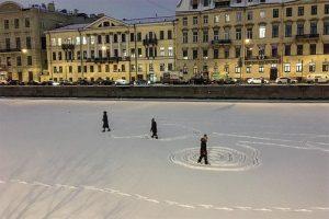 Петербуржцы массово выходят на лед рек и каналов, несмотря на запрет. Они катаются на коньках, рисуют на снегу и выгуливают собак