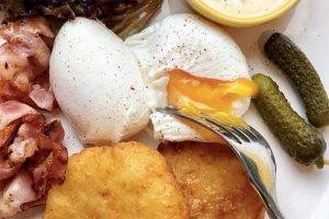 Как приготовить яйца пашот, бенедикт или сырники — как в кафе. Вот шесть рецептов завтраков