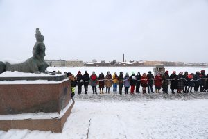 «Цепь солидарности» из 70 человек, цветы и «Реквием» Ахматовой. Как прошла феминистская акция в поддержку политзаключенных в Петербурге