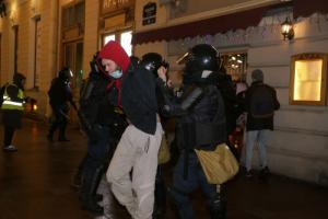 Петербуржцы стихийно вышли на Невский — протестовать против приговора Навальному. Онлайн