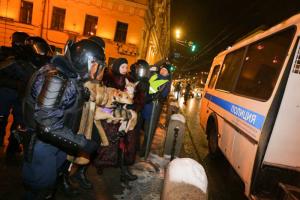 Жесткие задержания с шокерами, силовики без жетонов и закрытое метро. Как в Петербурге прошла акция после приговора Навальному