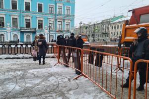«Первый раз в жизни в музей пробирался дворами»: что петербуржцы говорят об очередных перекрытиях в центре и закрытом метро