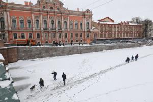 Невский и прилегающие улицы перекрыли — и петербуржцы переходили Фонтанку по льду. Одно фото