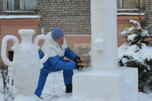Петербургский пенсионер украсил двор на Ланском шоссе вазами из снега. А теперь лепит Ростральную колонну 🧊
