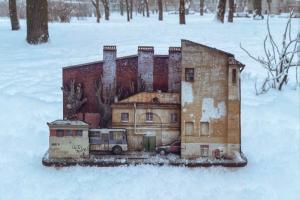 Петербургская художница выпустила конструктор, посвященный непарадной части города. С деталями в виде домов, деревьев и машин 🚗