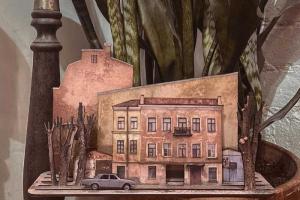 «Меня привлекает обшарпанность города». Как художница создает конструкторы в виде петербургских дворов — с гаражами, деревьями и надписями на стенах