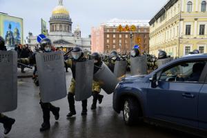 В Петербурге художника арестовали по делу о применении насилия к бойцу ОМОНа на митинге. Его подруга говорила, что силовик поскользнулся и упал сам