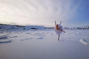 Петербургская балерина станцевала на льду — это акция в защиту бухты Батарейной, где хотят построить зерновой терминал. Фото и видео