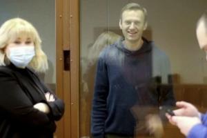 Навального приговорили кштрафу в 850 тысяч рублей по делу о клевете. Судья попросила СК проверить высказывания политика в отношении прокурора и суда