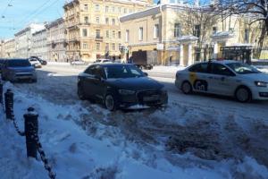 Петербуржцы второй день подряд жалуются на плохую уборку города: тротуары и дороги завалены снегом, машины не могут выехать из дворов