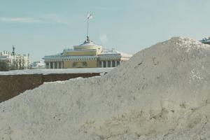 Петербуржцы жалуются: город утопает в сугробах. Вот как снег мешает горожанам и что власти говорят об уборке