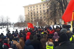 В Петербурге прошла несогласованная акция КПРФ. Более 100 человек стояли с плакатами и пели песни, полиция помогала активистам