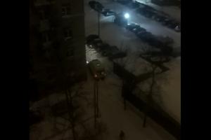 Петербуржцы вытолкали автомобиль реанимации, застрявший в одном из дворов — предположительно, из-за снега