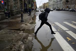 В центре Петербурга — гололед и слякоть. Как люди перепрыгивают через лужи и держатся за заборы, чтобы не упасть