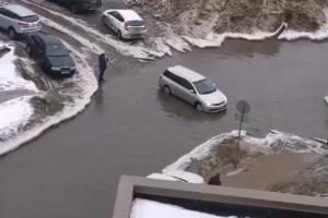 Жители Центрального района жалуются на склад снега на Орловской — улицу затопило, людям мешает спать шум техники