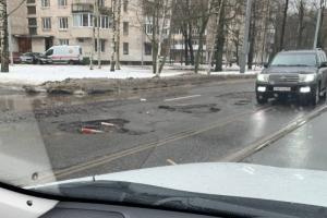 Петербуржцы массово жалуются на ямы, которые стали заметны на дорогах после оттепели