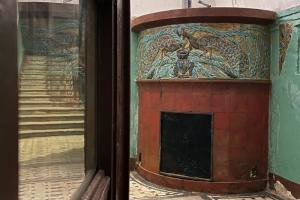 Краеведы из объединения «Гэнгъ» отмыли печь с майоликовыми панно по мотивам рисунка Врубеля