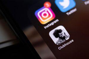 Что за Clubhouse, про который все говорят? Мы узнали у людей, которые уже освоились в соцсети без текстовых сообщений — и даже проводят там лекции и концерты