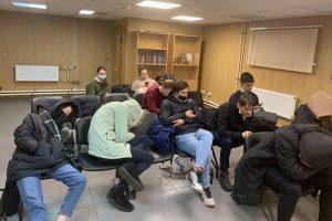 Как нарушают права задержанных на митингах в Петербурге. Им не дают еду и постель, угрожают и оскорбляют, в спецприемниках нет мест