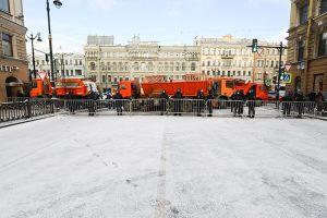 Все выходные петербуржцы жаловались, что центр перекрыт из-за несуществующего митинга — в том числе коммунальной техникой. В соцсетях предлагали силовикам чистить снег и вспоминали «лопату Беглова»