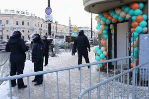 «Весь персонал ехал через правый берег на такси». Как бизнес переживает перекрытия в центре Петербурга? И какие потери несет?