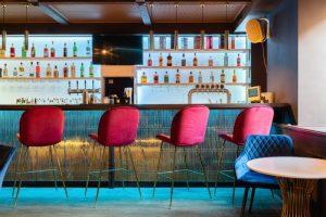 На Коломенской улице открыли коктейльный бар Melvin. Днем заведение работает в формате бистро, по выходным там устраивают танцы 💃