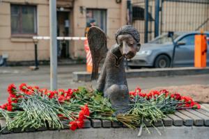 На набережной Карповки появилась скульптура «Печальный ангел» — в память о погибших во время пандемии медиках. Одно фото