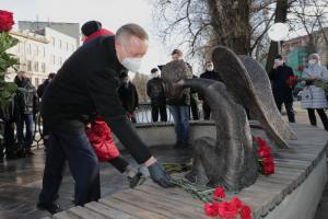 В Петербурге мемориал погибшим врачам открыли раньше срока — и без инициаторов его установки. В соцсетях пишут, что власти «решили присвоить чужие заслуги»