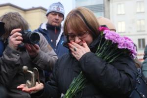 В Петербурге прошло «народное открытие» мемориала погибшим медикам: десятки людей приносят цветы