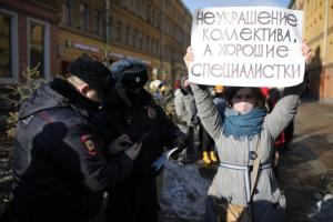 В Петербурге проходит феминистская акция в честь 8 Марта. Как участницы провели шествие и пели частушки, а теперь стоят в пикетах против дискриминации — в трех фото
