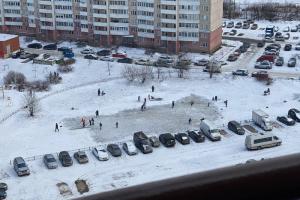 Петербуржцы очистили от снега гигантскую замерзшую лужу — теперь это каток ⛸️