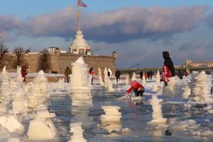 У Петропавловской крепости кто-то составил столбики из льдин. Их называют «последними развалинами зимы» и «ледяными открытками»