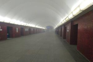 В метро Петербурга поезда проезжают «Маяковскую» без остановки. Очевидцы сообщают о задымлении на станции