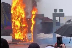 «Гори оно всё синим пламенем». ВМузее уличного искусства на Масленицу сожгли 4-метровую инсталляцию Антона Польского