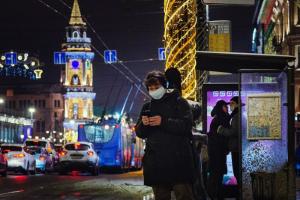 Антитела к коронавирусу есть у половины жителей Петербурга, показало исследование. Значит ли это, что эпидемия закончилась? Возможна ли третья волна?