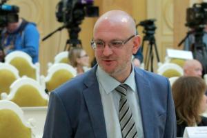 Прокуратура Петербурга заявила о возможной причастности депутата Резника к хранению наркотиков, пишет «Фонтанка». Он назвал это «политической историей»