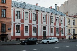 История самого старого жилого дома в Петербурге — его построили для монахов, но жили здесь матросы и физики. Отрывок из письма «Бумаги»