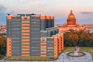 Представьте апарт-отели у Исаакиевского и Дворцовой. Такие коллажи сделали в знак протеста против застройки на месте стадиона «Калининец»