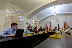 Экс-глава МО «Смольнинское», где уже полтора года не могут выбрать руководителя, потребовал возбудить уголовные дела против врио. К независимой депутатке приходили полицейские