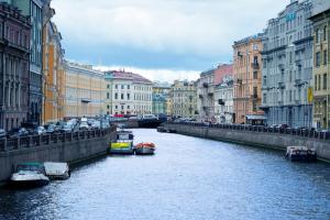 В Петербурге до 30 апреля продлили запреты на массовые мероприятия, работу ночных клубов и курение кальянов