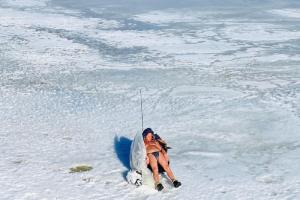 В Петербурге наконец-то тепло — горожане очень рады солнцу, а кто-то даже загорает на льду. Включайте наш плейлист и смотрите весенние фото 😎