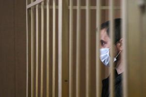 «Медиазона» выпустила материал про Андрея Ломова — многодетного отца из Петербурга, которому дали условный срок после митинга 23 января. Он толкнул силовиков